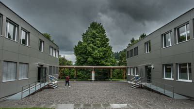 Für die modularen Schulbauten auf der Krauerwiese ist offenbar keine Bewilligung vorhanden. (Bild: Boris Bürgisser, Kriens, 3. Juni 2016)