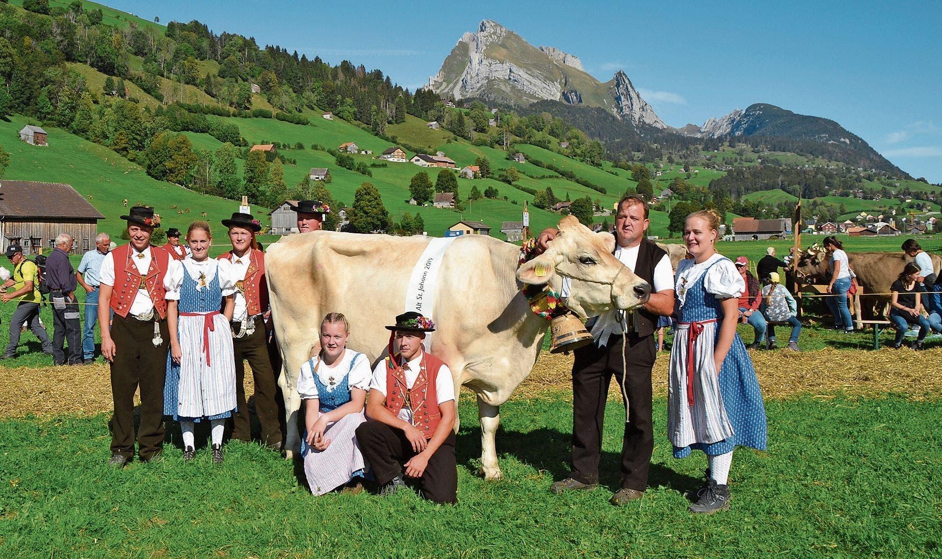 Leonore, die alte und neue «Miss Alt St.Johann» mit Besitzer Jürg Ammann und seinen Töchtern mit Anhang.Bilder: Adi Lippuner