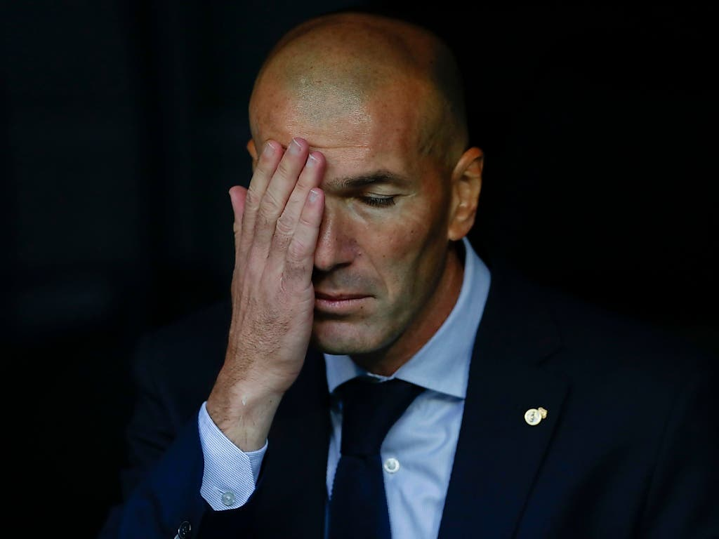 Trainer Zinédine Zidane fasst sich an die Stirn (Bild: KEYSTONE/AP/MANU FERNANDEZ)