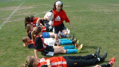 Könnte bald ein gewohntes Bild sein:Mädchenauf dem Aadorfer Fussballplatz (Bild: Kurt Lichtensteiger)