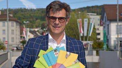 Roland Harders, Präsident Theater Konzerte Weinfelden mit den Jahresprogrammen der vergangenen Jahre. (Bild: Mario Testa)