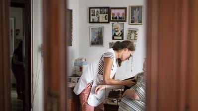 Eine Spitex-Mitarbeiterin bei der Arbeit. (Bild: Benjamin Manser, 9. August 2018)