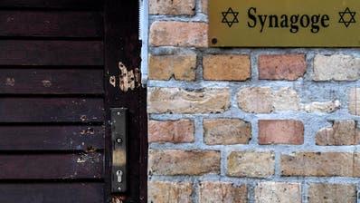 Blumen und Kerzen liegen nach dem Angriff auf die Synagoge in Halle mit zwei Toten am Vortag am Geoskop auf dem Marktplatz. (Bild: Keystone/Marek Majewsky, Halle, 10. Oktober 2019)