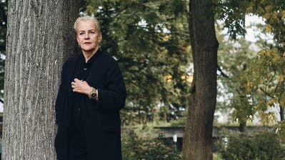 Die pensionierte Radiojournalistin Cornelia Kazis hat ein Buch über Witwen geschrieben: «Das war meine Art der Trauerbewältigung.» Bild: Roland Schmid