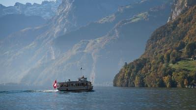 Ein Schiff der SGV unterwegs beim Rütli auf dem Urner-See. Das Bild entstand am Samstag, 14. Oktober 2017.(Bild Pius Amrein / Luzerner Zeitung)Tourismus, See, Schifffahrt, SGV