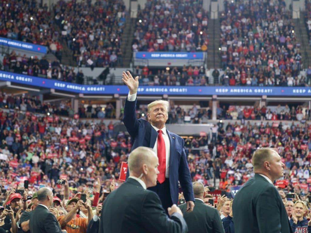 Eine jubelnde Menge empfängt Präsident Donald Trump bei eine Wahlkampfveranstaltung in Minneapolis. (Foto: Glen Stubbe/Star Tribune via AP Keystone) (Bild: KEYSTONE/AP Star Tribune/GLEN STUBBE)