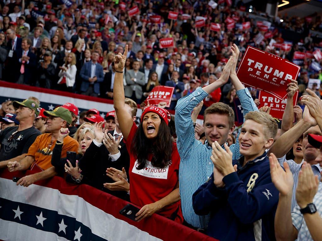 Präsident Donald Trump wird von begeisterten Fans empfangen. (Foto: Evan Vucci/AP Keystone) (Bild: KEYSTONE/AP/EVAN VUCCI)
