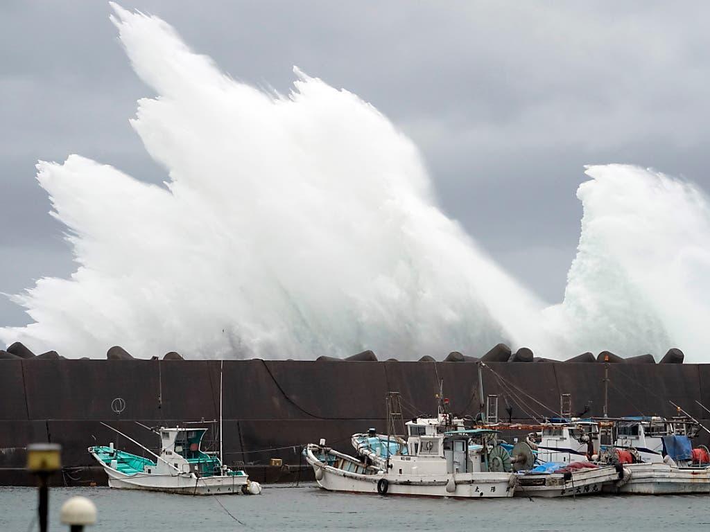 Vorboten des Taifuns «Hagibis»: Starke Wellen brechen an Schutzbauten im japanischen Meereshafen von Kiho. (Bild: KEYSTONE/EPA/FRANCK ROBICHON)