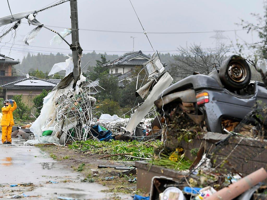 In Ichihara in der Nähe von Tokio richteten Ausläufer des Taifuns «Hagibis» Zerstörung an. (Bild: KEYSTONE/AP Kyodo News)
