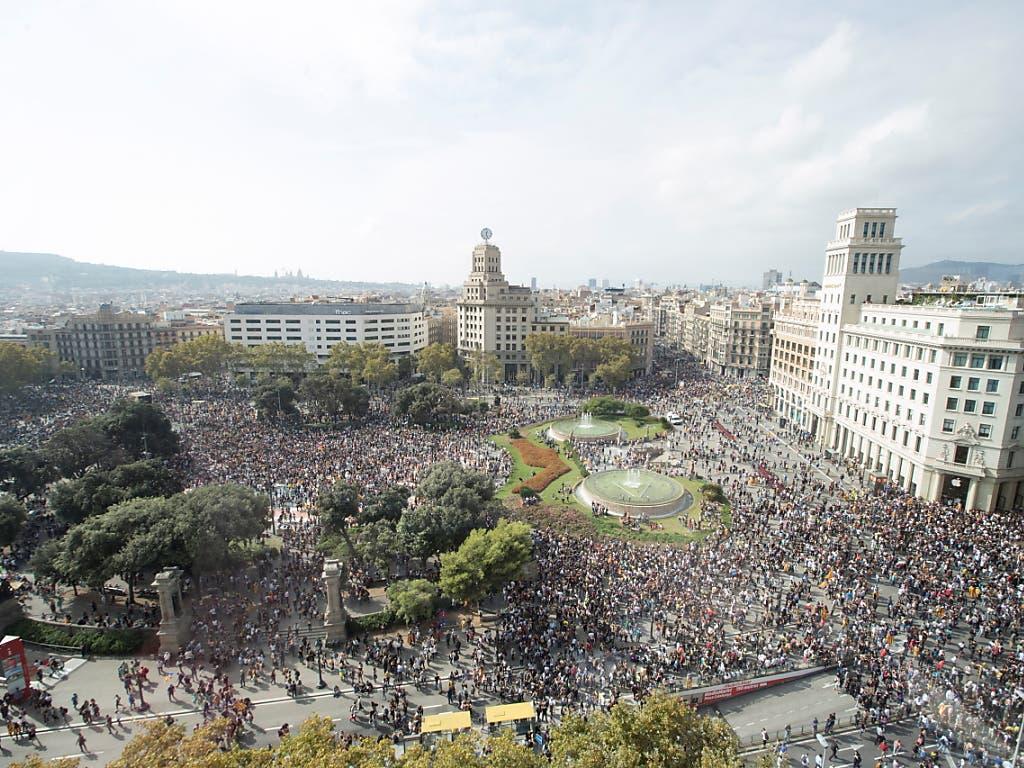 Kurz nach Bekanntmachung des Urteils versammelten sich wie erwartet zahlreiche Demonstranten in Barcelona auf den Strassen, schwenkten die katalanische Flagge und forderten auf Plakaten «Freiheit für die politischen Gefangenen». (Bild: KEYSTONE/EPA EFE/MARTA PEREZ)
