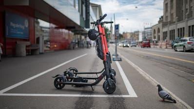 In der Stadt stehen 100 E-Trottinette für Fahrten bereit. Bald könnten es 300 sein. (Bild: Benjamin Manser)