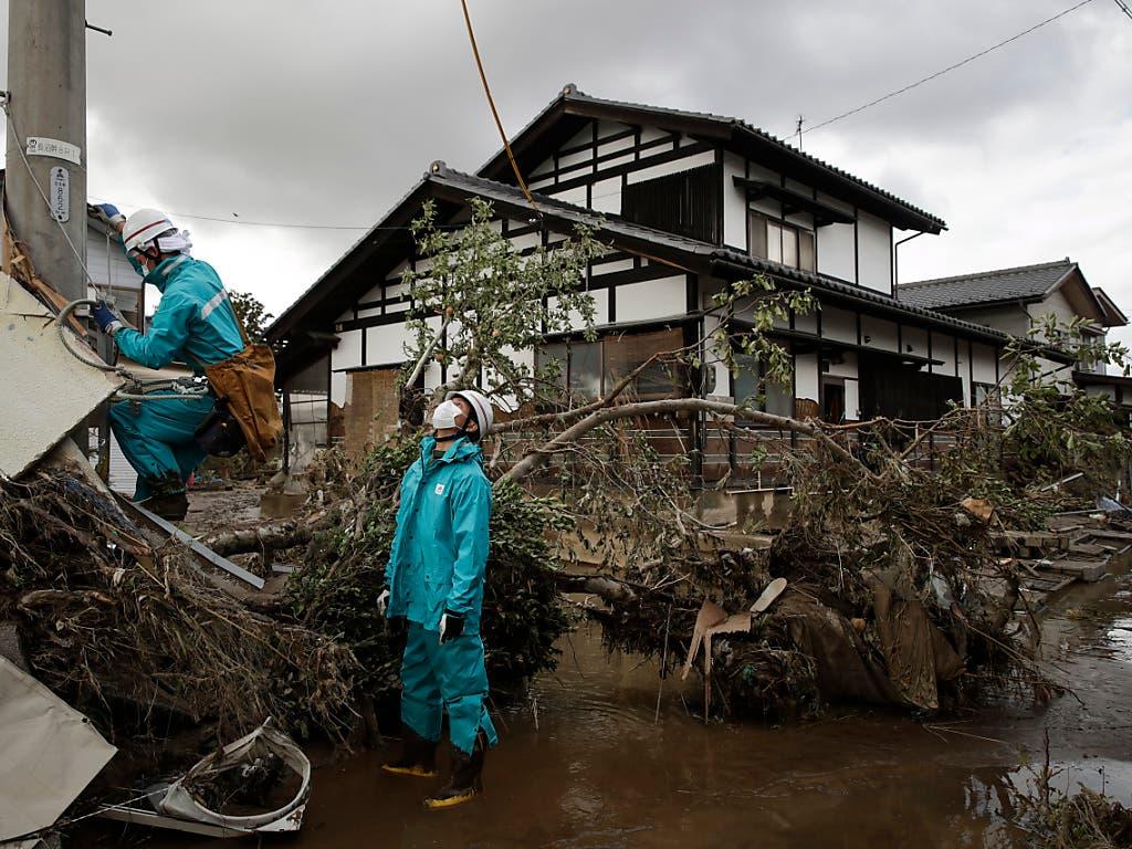 Kein Strom, oft kein Trinkwasser: Aufräumarbeiten in Nagano. (Bild: KEYSTONE/AP/JAE C. HONG)