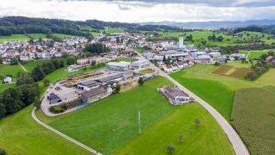 Der neue Sportplatz in Waldkirch soll zwischen St.Pelagiberg- und Egelseestrasse liegen. (Bild: Urs Bucher (25. September 2019))