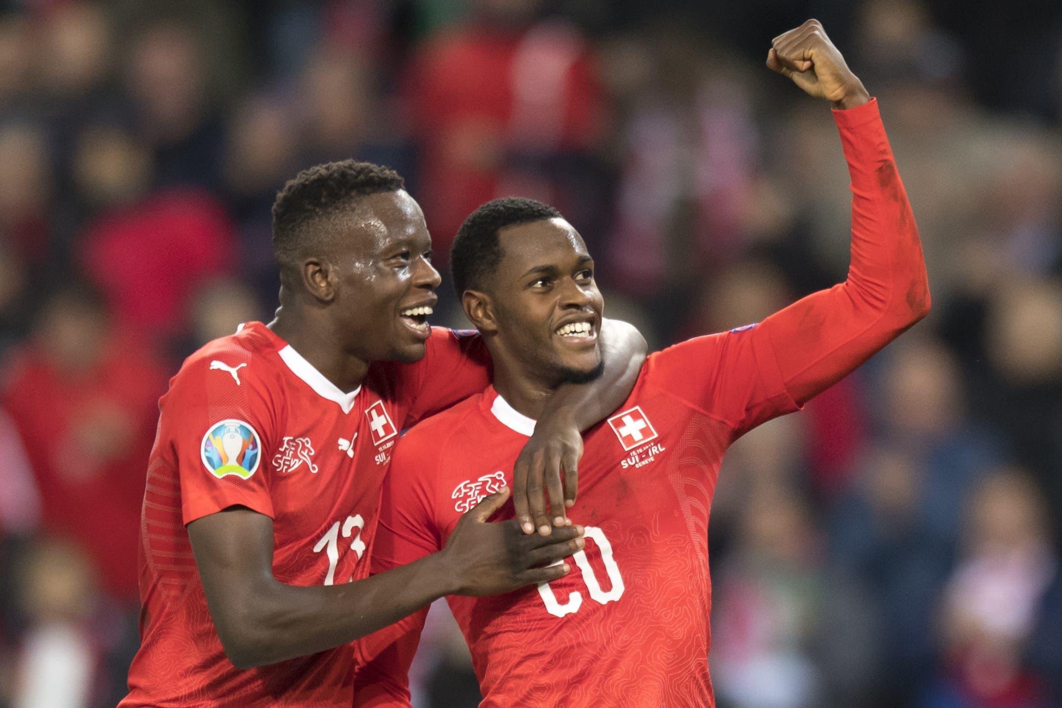 Die beiden Mittelfeldspieler Denis Zakaria (links) und Edimilson Fernandes feiern das Tor zum 2:0 für die Schweiz. Erzielt hat den zweiten Treffer Fernandes. Bild: Keystone/Laurent Gillieron (Genf, 15. Oktober 2019)
