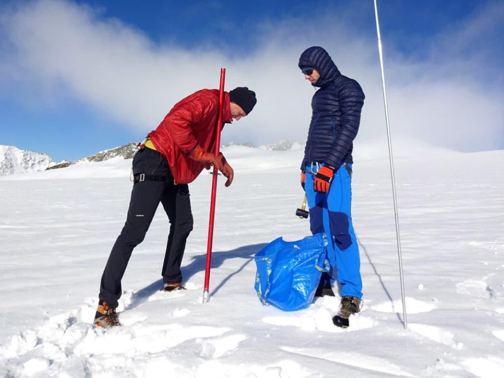 Bohrung eines Kerns zur Bestimmung der Firn-Dichte im Nährgebiet des Rhonegletschers. (Bild: M. Huss)