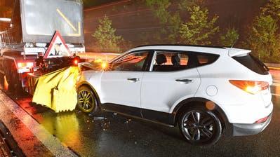 Das Auto krachte in dasWarnleitfahrzeug. (Bild: Luzerner Polizei)