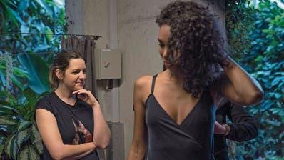 Claudine Tanner (links) vom Schweizer Modelabel Moya Kala wohnt der Anprobe ihrer nachhaltig produzierten Kollektion bei. (Bild: PD)