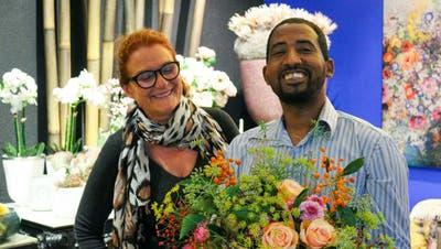 Seare Mihreteab ist eine grosse Hilfe und entlastet Monica Koeppel im Blumengeschäft Kumari Fleurs. (Bild: Sina Walser)