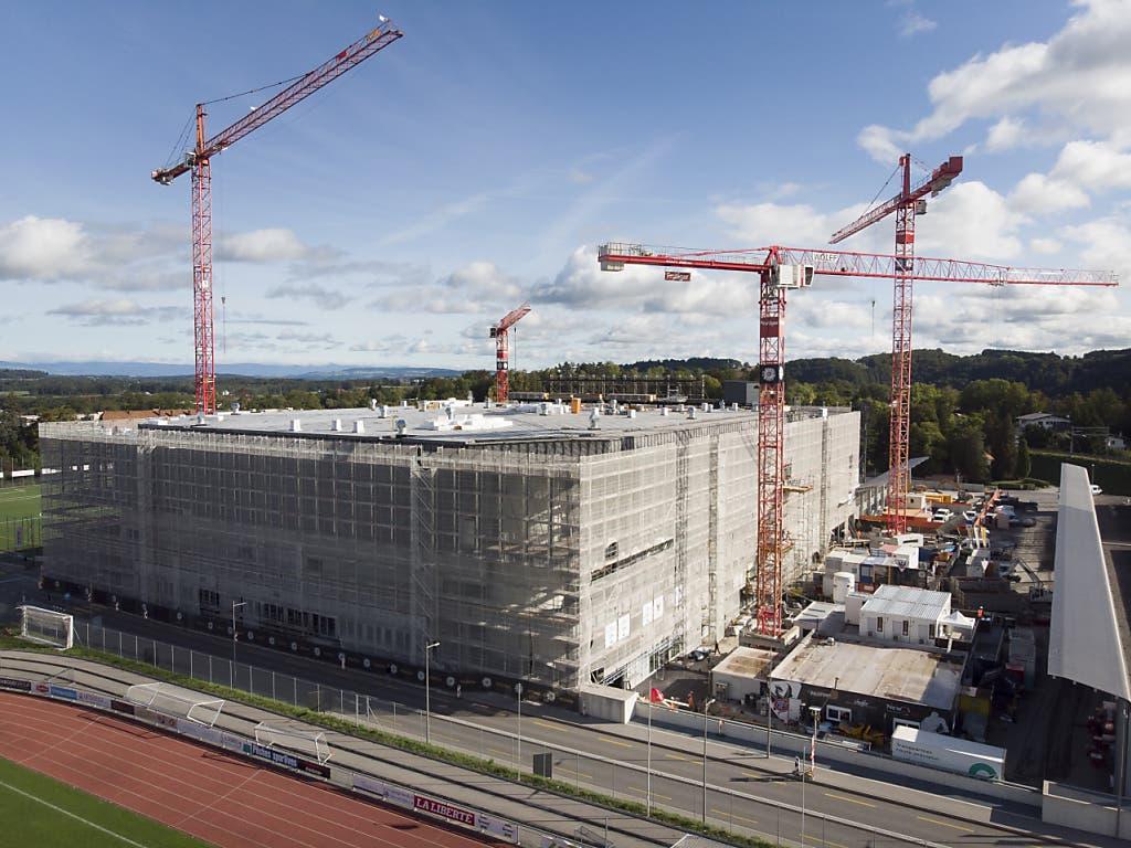 Die Patinoire St-Léonard ist im Moment eine grosse Baustelle. Aussen... (Bild: KEYSTONE/ANTHONY ANEX)
