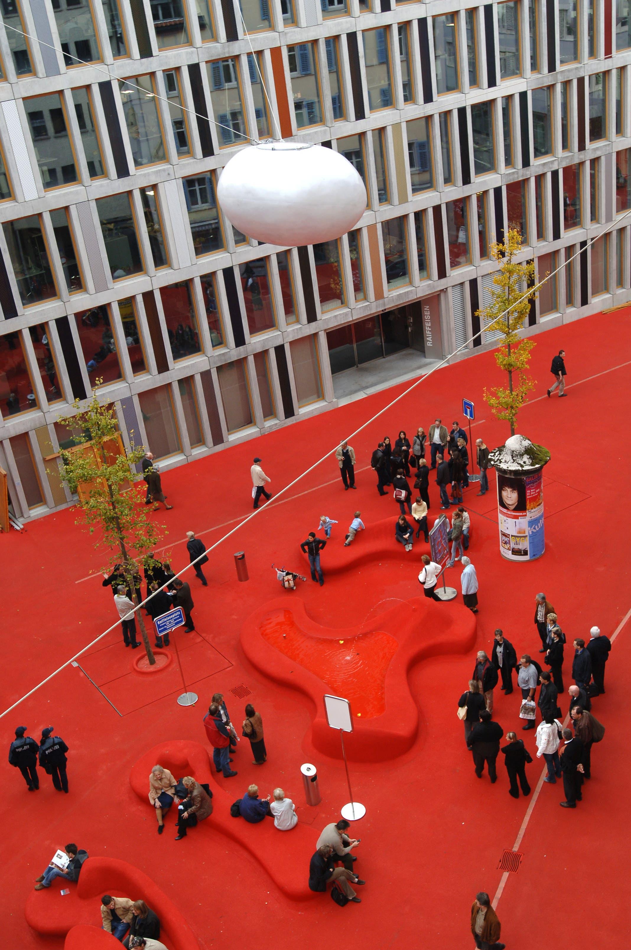 Raiffeisen, St. Gallen Die rote Stadtlounge von Pipilotti Rist und Carlos Martinez macht die Bankbauten aus den 1970er-Jahren attraktiver.Bild: Keystone