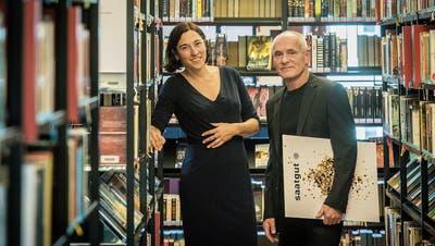 Die Kantonsbibliothek als Kraftort des Buches im Thurgau – und mittendrin Cornelia Mechler mit Urs Stuber. (Bild: Reto Martin)