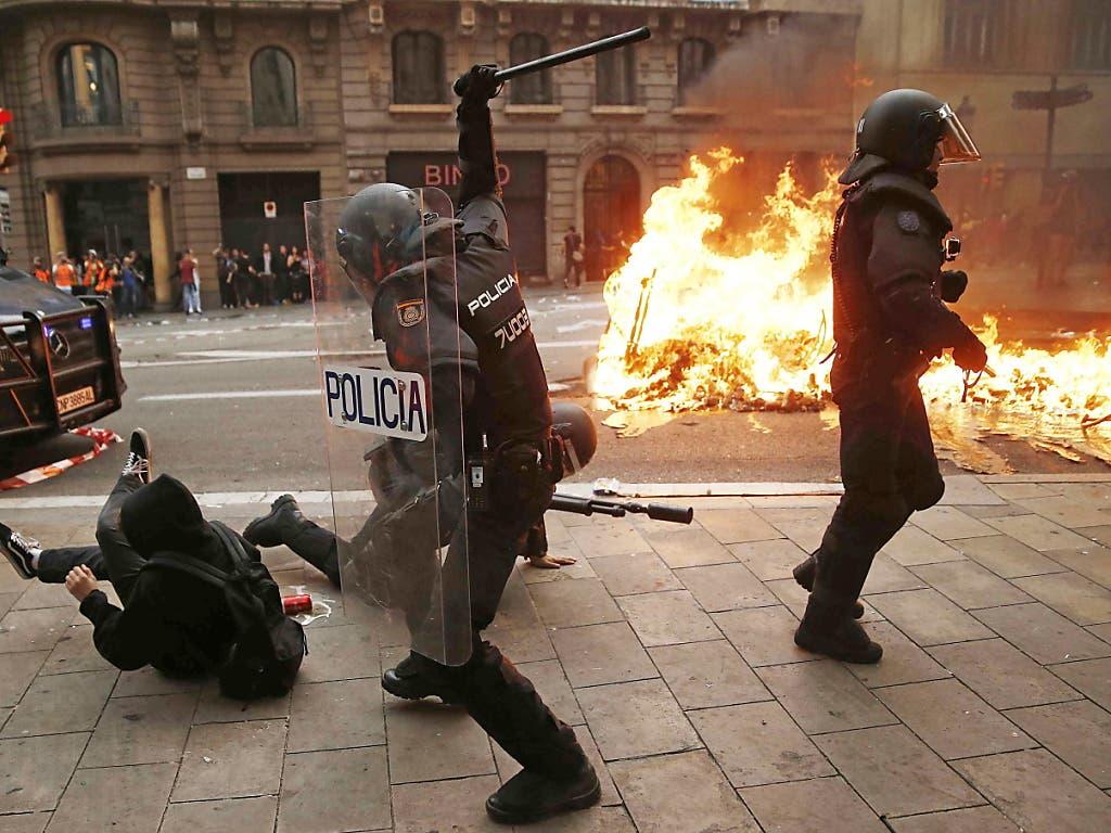 Nicht zimperlich: die Polizei in der katalanischen Hauptstadt verschafft sich unmisverständlich Geltung. (Bild: KEYSTONE/EPA EFE/JESUS DIGES)