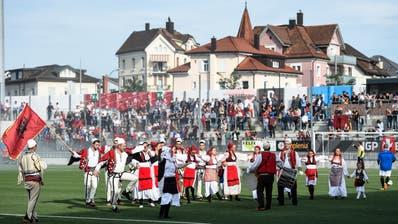 Albanisches Wil: Beim Freundschaftsspiel zwischen dem FC Wil und der kosovarischen Fussballauswahl gestaltet eine Folkloregruppe die Pausenunterhaltung. (Bild: Gian Ehrenzeller/KEY; Wil, 12. Oktober 2014)
