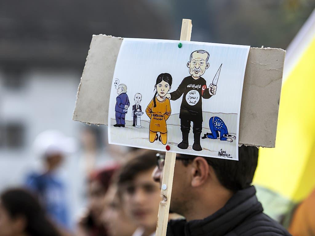 Demonstration in Luzern gegen den Krieg in Nord Syrien und die Gleichgültigkeit des Westens. (Bild: KEYSTONE/ALEXANDRA WEY)