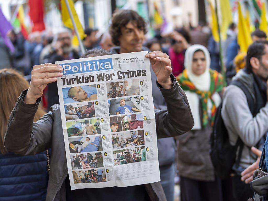 In Luzern, Genf und Bern haben am Samstag Demonstrationen gegen die türkische Militäroffensive in Nordsyrien stattgefunden. (Bild: KEYSTONE/MARTIAL TREZZINI)