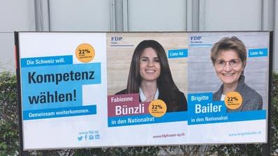 Orange «Klima-Kleber» auf einem FDP-Plakat. (Bild: PD)
