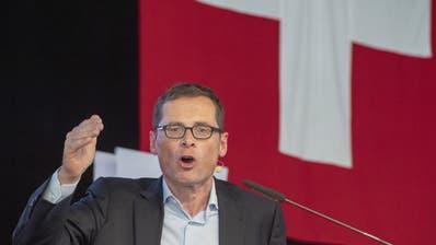 Roger Köppel besucht im Wahlkampf alle Schweizer Gemeinden. (KEY/Urs Flueeler)