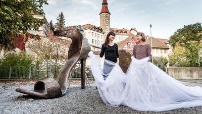 Die Enthüllung der Bronze-Stöckelschuhe mit Stadtpräsident Anders Stokholm und den Künstlerinnen. (Bild: Andrea Stalder)