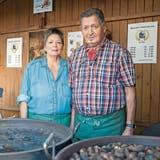 Nicht nur beim Marronirösten ein Team: Astrid Mascetti und ihr Vater Ugo. (Bild: Lisa Jenny (1.Oktober 2019))
