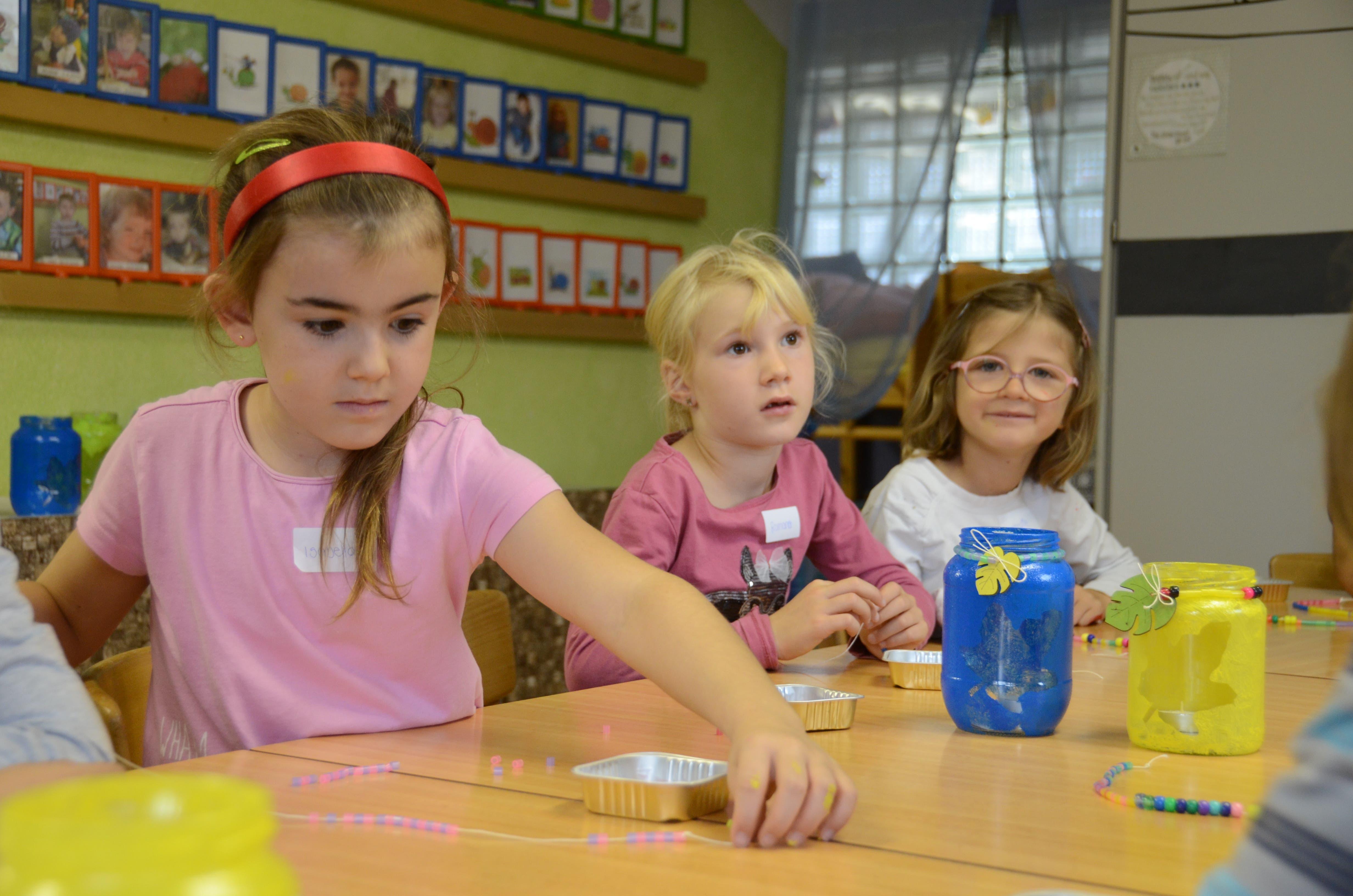 Die kleineren Kinder konnten ein Kerzenglas mit Perlenkette basteln.