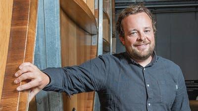 Christoph Möhl in der Mosterei vor Fässern aus Eichenholz. (Bild: Urs Bucher)