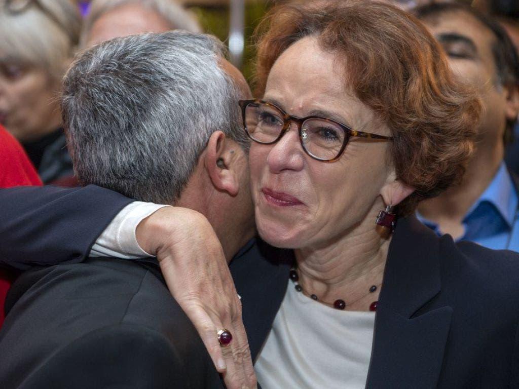 Die baselstädtische SP-Finanzdirektorin Eva Herzog (rechts) nimmt erste Gratulationen entgegen. (Bild: Keystone/GEORGIOS KEFALAS)