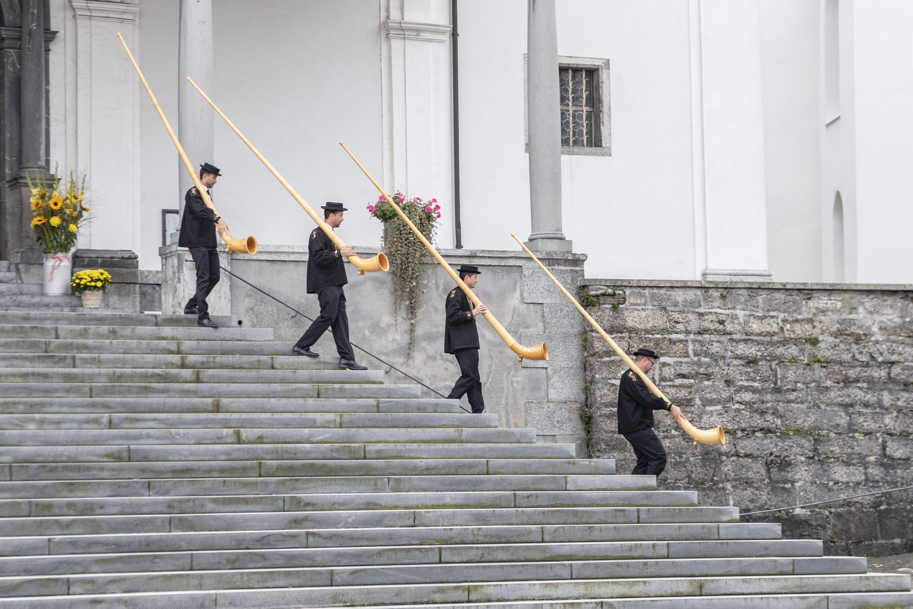 Die Alphornbläser machen sich bereit, anlässlich der traditionellen Älplerchili von Stans. (Bild: Urs Flüeler/Keystone, Stans, 20. Oktober 2019)