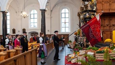 Die Älpergesellschaft zieht in die Kirche ein. (Bild: Edi Ettlin, Stans, 20. Oktober 2019)