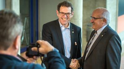 Der neu gewählte Ständerat Jakob Stark lacht mit SVP-Parteipräsident Ruedi Zbinden in eine Kamera. (Bild: Reto Martin)