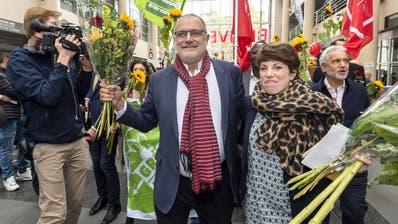 Triumphaler Einmarsch der Ständeratskandidaten an der Universität Genf: Carlo Sommaruga (SP) und Lisa Mazzone (Grüne) liegen nach dem ersten Wahlgang in Front.(KEYSTONE/Martial Trezzini)