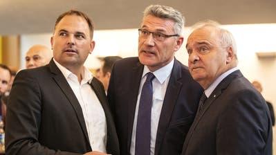 Die SVP-Nationalräte Marcel Dettling und Pirmin Schwander sowie SVP-Ständerat Alex Kuprecht im Wahlzentrum in Schwyz. (Bild: Alexandra Wey / Keystone, 20. Oktober 2019)