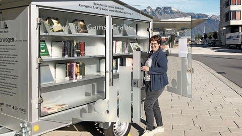 Zentral stationiert: Der mobile Bücherwagen soll viele Interessenten anlocken. (Bild: PD)