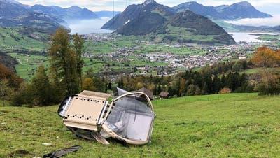 Die abgestürzte Kabine der Rotenflue-Gondelbahn. (Bild: Kantonspolizei Schwyz, 20. Oktober 2019)