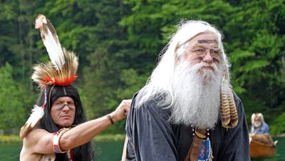 Ruedi Omlin - Initiant des Films Indian Mountain Lake, hoch zu Ross als Häuptling in der Hauptrolle. (Bild: PD/Patrick Lussi)