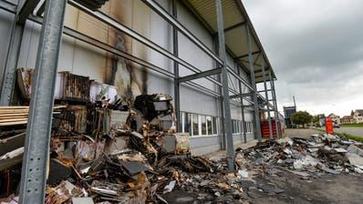 Auch dieser Brand von mehreren Holzpaletten vor einer Lagerhalle in Riedt bei Erlen im September 2017 wird dem Beschuldigten zur Last gelegt. (Bild: Kapo)