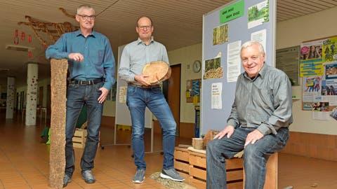 Primarschulpräsident Thomas Wieland, Schulleiter Jean-Philippe Gerber und Baukommissionspräsident Armin Huber. (Bild: Mario Testa)