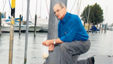 Kurt Schmidt beim Füttern seiner Enten im Kreuzlinger Bootshafen. (Bild: Susann Basler - August 2008