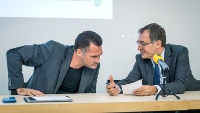 Marcel Dobler (FDP) und Roland Rino Büchel (SVP) kurz vor der Pressekonferenz am Donnerstagmorgen in St.Gallen. (Bild: Michel Canonica)