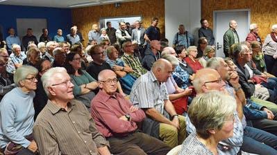 An die Informationsveranstaltung zum Projekt «Spange Hofen plus» kamen mehr Leute als im Mehrzwecksaal Platz hatten. (Bild: Christoph Heer)