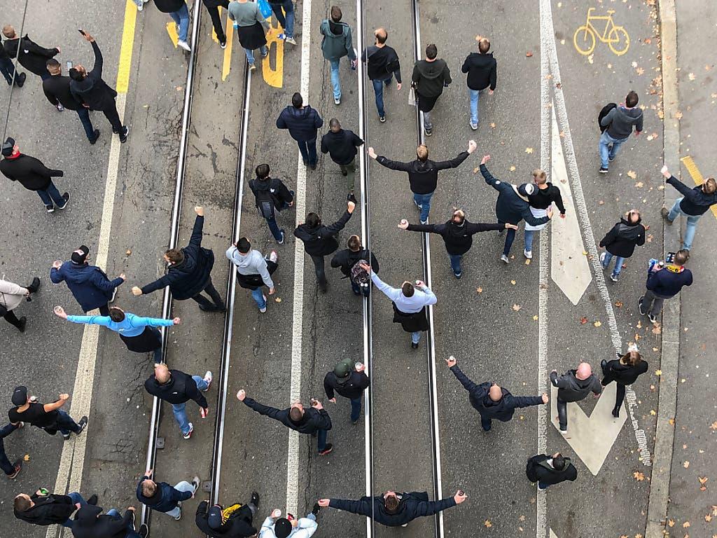 Voller Vorfreude: Die Anhänger von Feyenoord Rotterdam auf dem Fanmarsch in Bern. (Bild: Keystone / Christian Zingg)